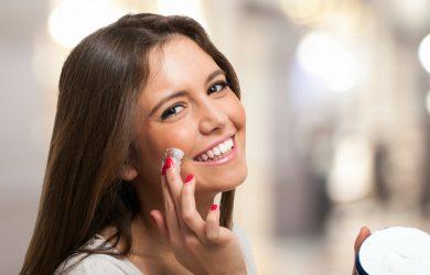 Femme mettant de la crème hydratante pour le visage