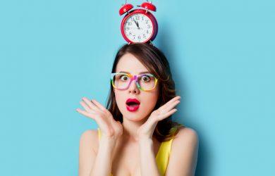Jeune femme stressée avec un réveil